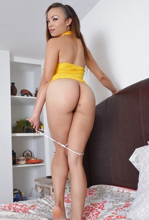 Latina amateur gal Jamie Marleigh removes her thong and boasts of pink cunt