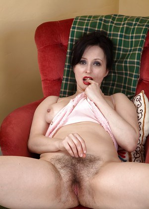 Middle aged housewife Nikita displaying wide open beaver in the buff
