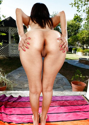 Middle aged Latina woman Katt Ventura undressing and taking a piss on pathway