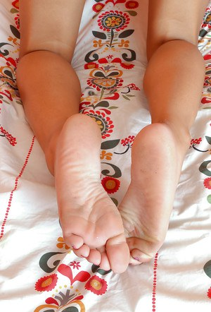 Ebony amateur chick demonstrates sexy feet and shows her narrow holes