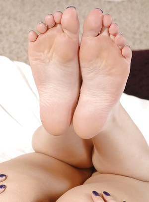 Sophia Knight shows off rubbing the pussy and plosing her sexy feet