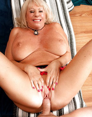 Hot blonde granny Mandi McGraw doing anal during hard sex with younger man