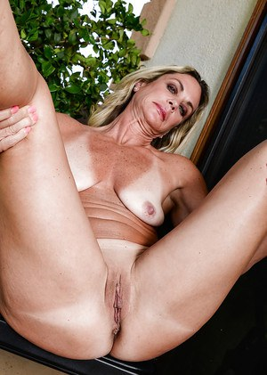 Aged woman Sydney proudly sowing off her sagging body parts in the nude