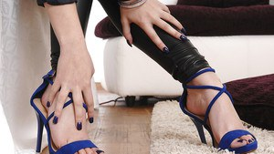 Solo model Sophia Knight takes shoes off of pretty feet before getting naked