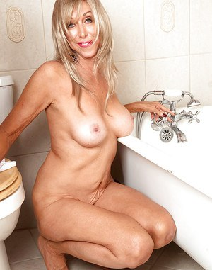 Hot blonde granny Christy Cougar masturbating in tub with aid of shower spray