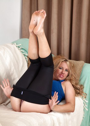 Middle aged blonde plumper Elle Macqueen doffs yoga pants to show hairy pussy