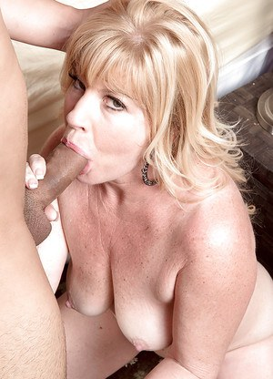 Chunky middle aged wife Dawn Jilling letting another man fuck her asshole