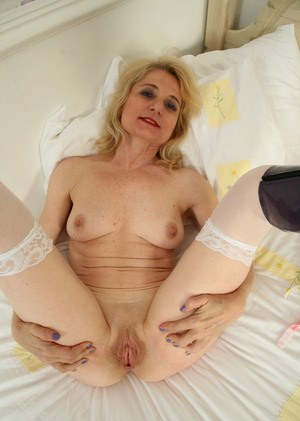 Older woman Isabella Diana stretches pink pussy wide open while stripping