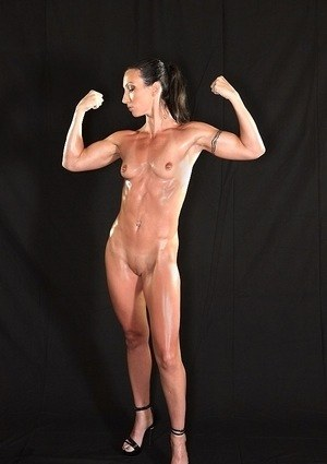 Hot bodybuilder MILF Wenona poses naked showing her muscles and small tits