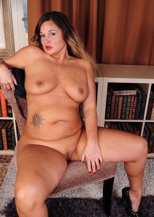 Mature fatty Stephanie strips and stretches her meaty pussy in a closeup shoot