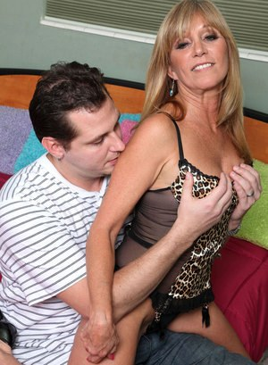 Sexy cougar Jessica Sexxxton swallows her young lover jizz after fucking