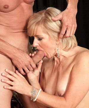 European mature woman Ellie Anderson shares her banging experience with a guy