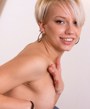 Blonde amateur Kelly rocks the short hair look while posing her nude body