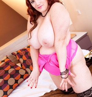 Mature BBW Roxee Robinson unleashes her hooters before toying her horny pussy