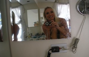 Playful blonde Addison Cain blows kisses while taking nude selfies in mirror