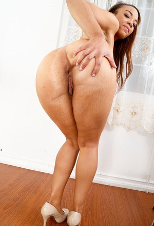 Ebony redhead Jamie Marleigh stretches her bald snatch wide open