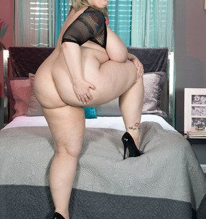 BBW bitch Porsche Dali plays an awesome solo shows her fat body and meaty cunt