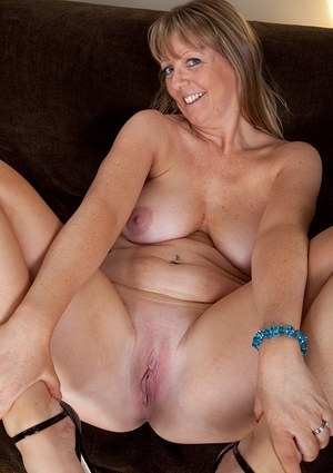 Mature vixen with big boobs Sophie finger fucks her gaping twat with fingers
