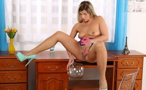 Candy ass bimbo Loreen lpissing in a bowl and playing with her hot wet snatch
