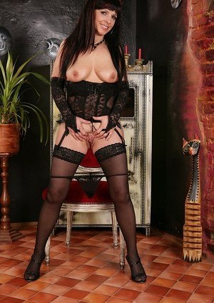 Chubby mature vixen Gina demonstrates her magnificent body curves on cam