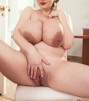 Smart BBW girl with very big boobs and a pretty face rubs her kitty on cam