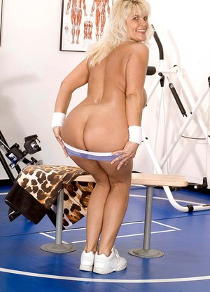 Older blonde woman Jerrika Micheals slips off shorts to finish getting nude