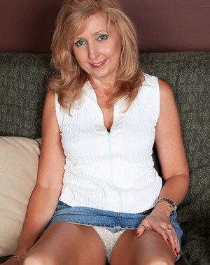Middle aged blonde houswife Jasmine Fields loves to show off her naked body