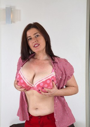 BBW mature slut with hairy cunt show her pink inner pussy in a closeup shoot