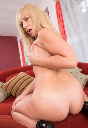 Mature woman Stevie Lix takes off panties to boast of her fantastic curves