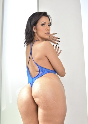 Sexy MILF Samia Duarte twerks her big booty in swimsuit before getting naked