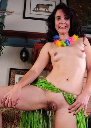 Older lady Sable Renae exposes her large clit in Hawaiian grass skirt