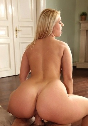 Best friends Linda Ray and Klaudia Hot please their guys together