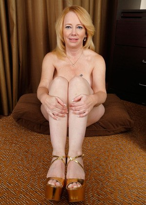 Pleasantly plump aged lady exposes her clit prior to stretching labia lips