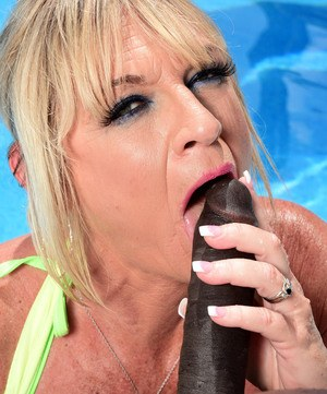 Mature blonde lady Brandi Jaimes bangs a BBC she dialed up in her pool