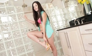 Sweet Latina chick Nadine Sage wets her trimmed bush before washing it
