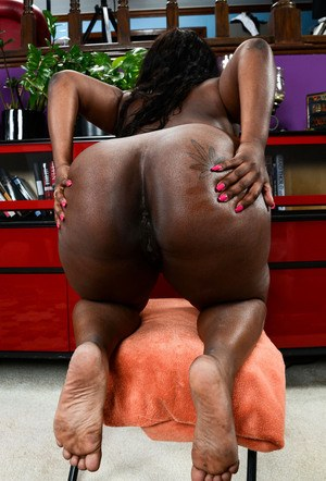Black first timer Mary Jane rocks that big butt of hers in the nude
