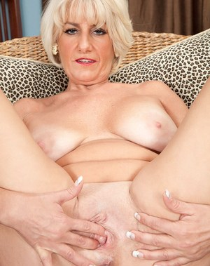 Older lady Desire Collins exposes her large tits on way to modeling naked