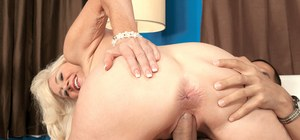 Stunningly beautiful cougar Summeran Winters bangs her young Latino lover