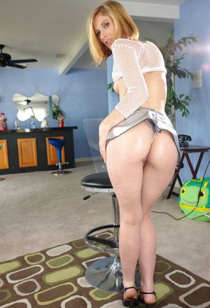 Solo chick Allison Wyte oils up before toying her own asshole