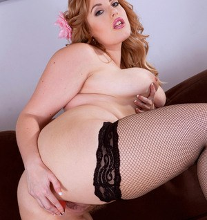 BBW Ellie Roe sheds her sexy lingerie before masturbating with a sex toy