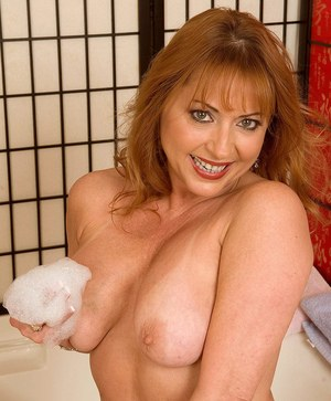 Sexy mature dame Gigi Jewels plays with her pussy while taking a bath