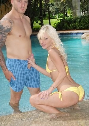Blonde MILF Randi Tango seduces her guy with a blowjob in the swimming pool