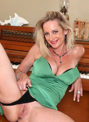 Older lady Cassy Torri doffs her dress before masturbating on piano bench
