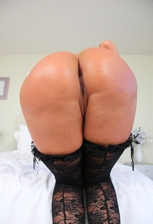 Hot MILF Ava Devine exposes her big butt wearing sexy leggings