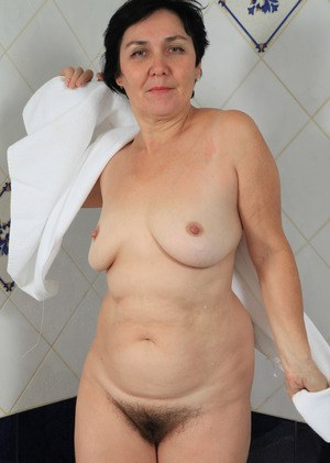 Chubby mature lady Yulya masturbates while taking a bath