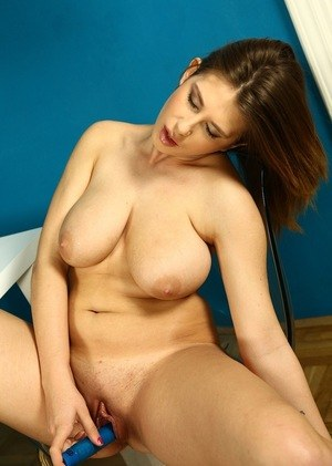 Teen girl unveils her big natural boobs before toying her smooth pussy