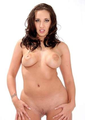 Brunette cheerleader Kelly Divine flaunts her juicy in the nude