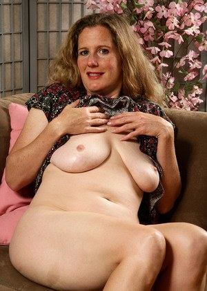 Chunky older lady spreads the labia lips of her hairy snatch