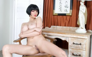 Short haired MILF Tera Patrick works a big dildo up her wet pussy