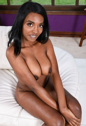 Black amateur takes off her jean shorts on way to posing in the nude